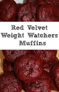 ¡Esta receta de muffins de Red Velvet Weight Watchers es muy fácil con solo tres ingredientes! ¡Perfecto para satisfacer un gusto por lo dulce con Smartpoints de estilo libre bajo!